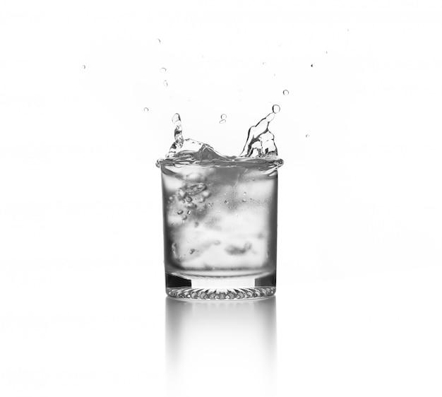 Éclaboussure D'eau Sur Verre Avec Glaçon Photo Premium