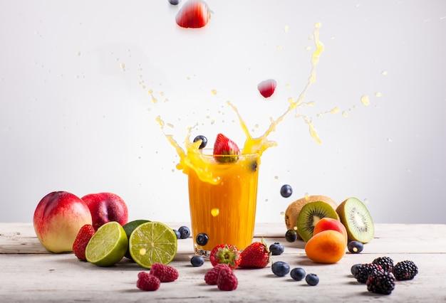 Éclaboussure de jus de nectarine Photo Premium