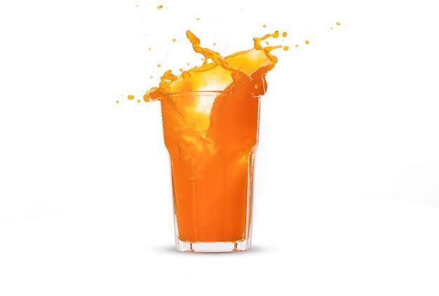 Éclaboussure De Jus D'orange En Verre Sur Fond Blanc Photo Premium