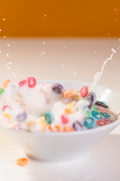 Éclaboussures de lait dans un bol avec des céréales Photo gratuit