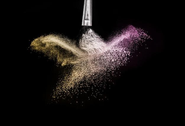 Éclaboussures Et Pinceau De Poudre Or Et Violet Photo Premium