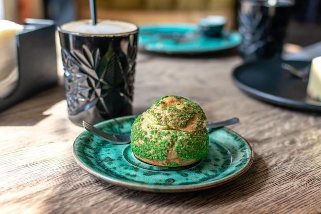 Eclair de pistache, profiterole en glaçage Photo Premium