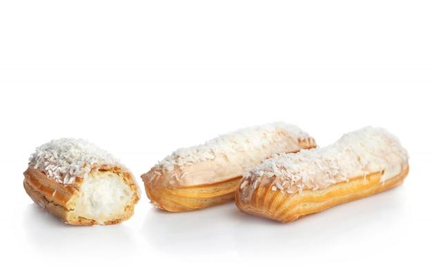 Éclairs de noix de coco isolés sur blanc Photo Premium