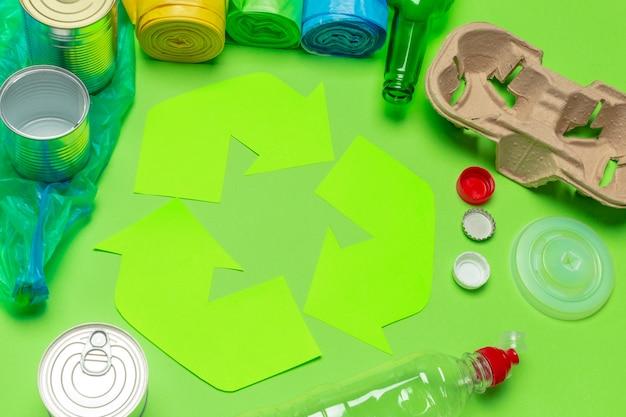 Eco concept avec symbole de recyclage sur la vue de dessus de fond de table Photo Premium