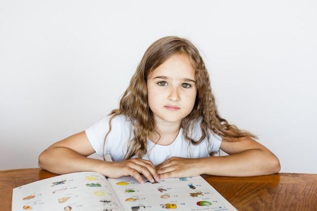 École élève fille enseigne des leçons, tâches pour école, école Photo Premium