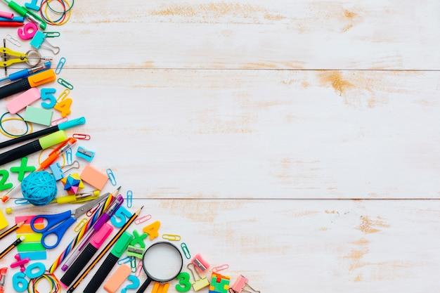 École ou fournitures de bureau cadre sur une table en bois rustique Photo gratuit