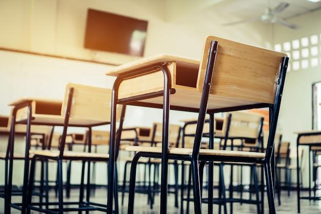 École salle de classe vide salle de lecture avec bureaux chaises en bois de fer pour étudier leçon Photo Premium