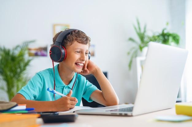 Écolier En Vidéoconférence Avec Un Enseignant Sur Un Ordinateur Portable Photo Premium