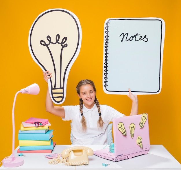 Écolière, bureau, ordinateur portable, style memphis Photo gratuit