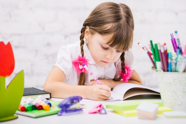 Une écolière Diligente Faisant Ses Devoirs Photo gratuit