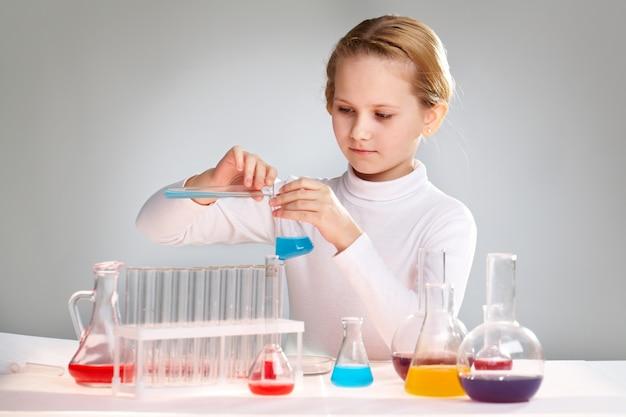 Ecolière faire des expériences chimiques Photo gratuit
