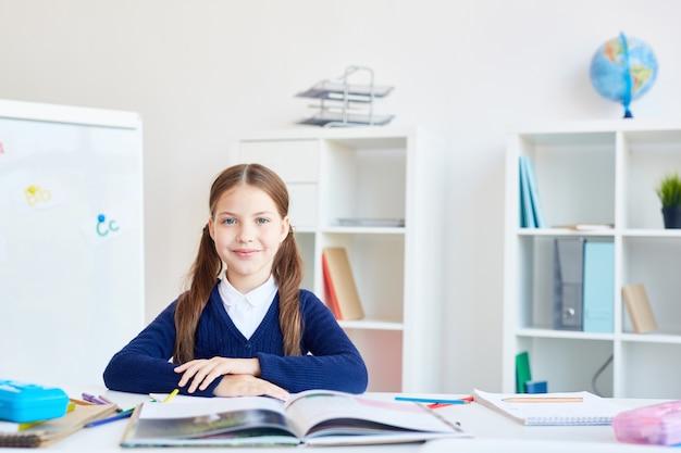 Écolière par lieu de travail Photo gratuit