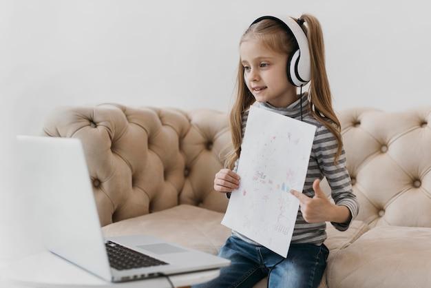 Écolière Portant Des Cours Virtuels D'écouteurs Photo gratuit