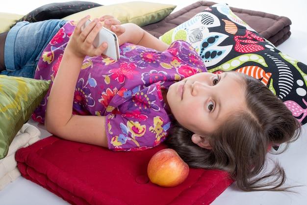 Écolière avec un téléphone portable Photo Premium
