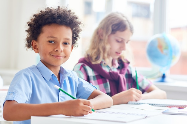 Écoliers en cours Photo gratuit