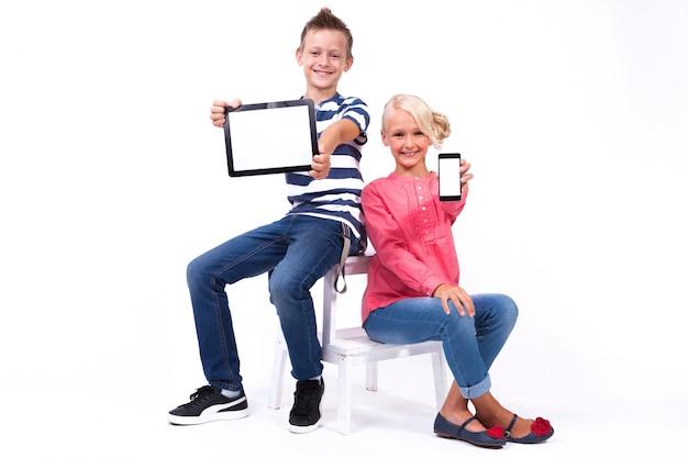 Des écoliers souriants découvrent le monde et communiquent Photo Premium