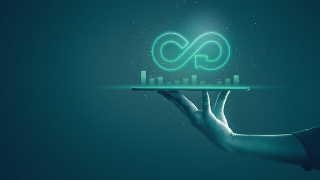 Économie circulaire avec concept infini. homme d'affaires montrant le symbole flèche infini avec néon Photo Premium