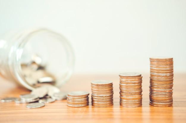 Économiser de l'argent concept de pile de pièce de monnaie Photo Premium