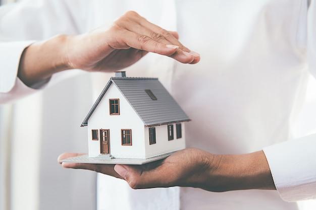 Économiser de l'argent pour la maison et l'immobilier. Photo Premium