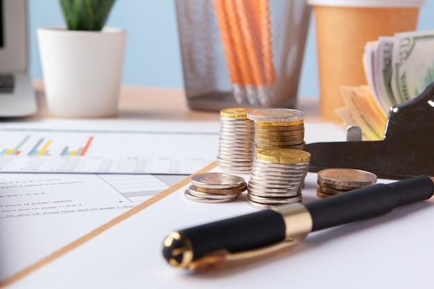 Économiser des pièces de monnaie d'argent. graphique, document graphique se bouchent Photo Premium