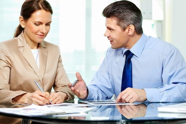 Écoute D'affaires à Son Client Photo gratuit