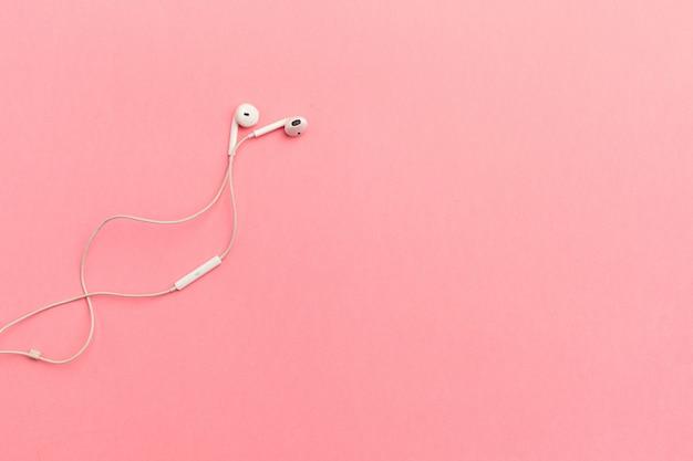 Écouteurs Blancs Sur Un Papier De Couleur Photo Premium