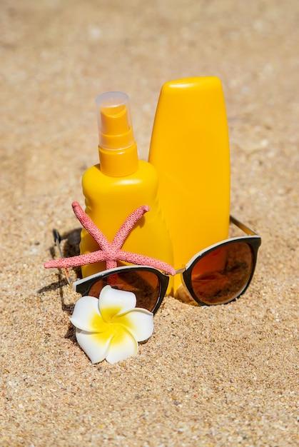 Écran solaire sur la plage. protection solaire. mise au point sélective. Photo Premium