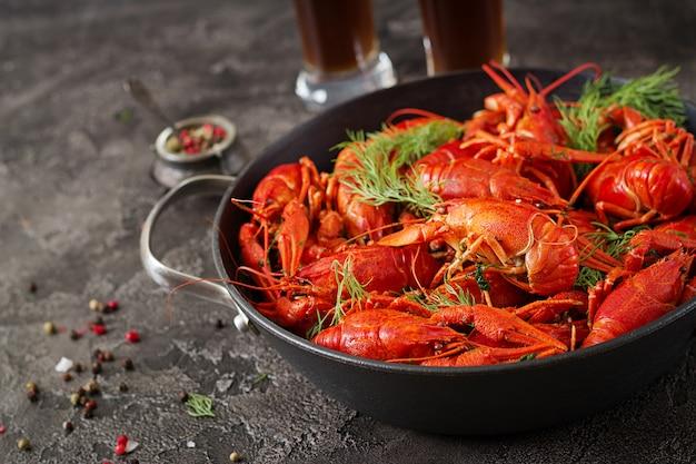 Écrevisse. écrevisses bouillies rouges sur table dans un style rustique, gros plan. homard gros plan. Photo Premium