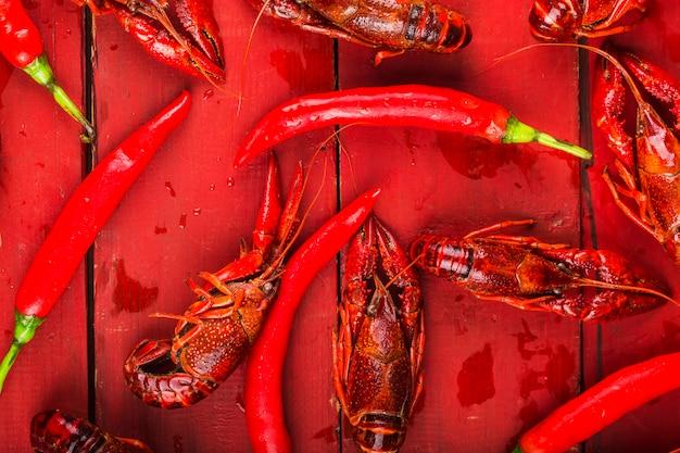 Écrevisse. écrevisses bouillies rouges sur table dans un style rustique, gros plan de homard. Photo Premium