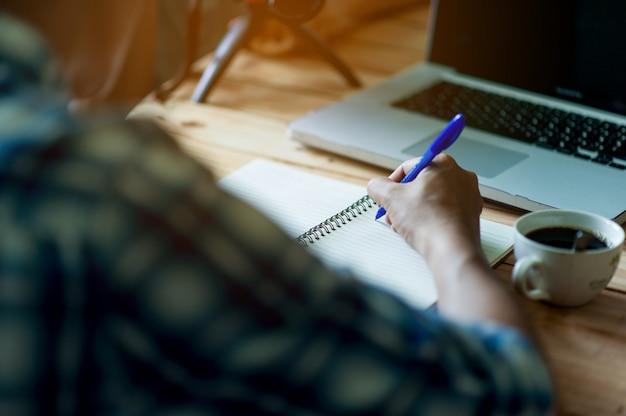 Écrire sur papier au travail sur la table le matin, idées d'affaires. il y a de la place pour copier. Photo Premium
