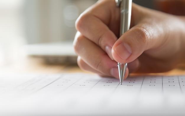 Écrit à la main sur un papier avec un stylo Photo gratuit