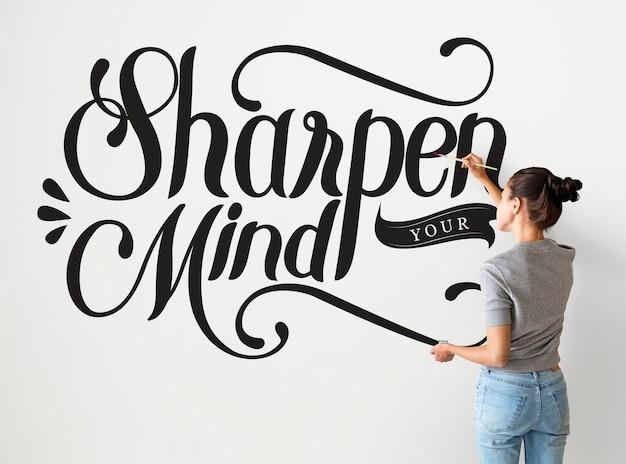 L'écriture D'une Artiste Féminine Aiguiser Votre Citation D'esprit Sur Le Mur Photo gratuit