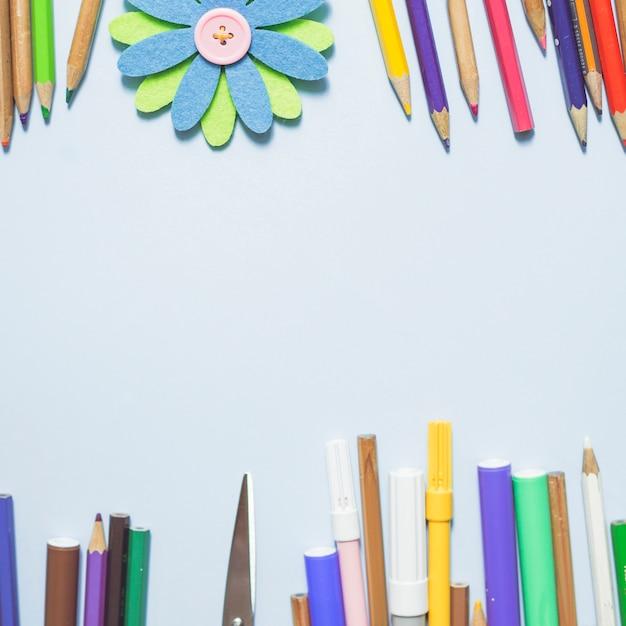 L'écriture multicolore met en application avec la fleur d'origami Photo gratuit