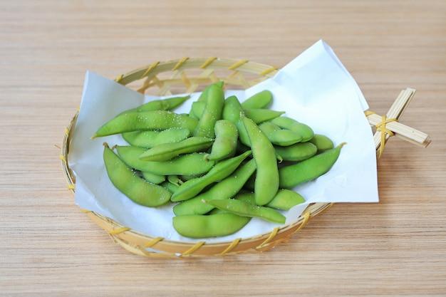 Edamame Grignoté, Fèves De Soja Vertes Bouillies, Cuisine Japonaise Photo Premium