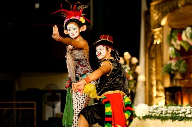 Edan-edanan dance, une danse traditionnelle de yogyakarta Photo Premium