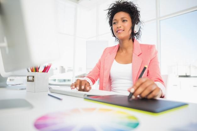Éditeur photo décontracté femme à l'aide de tablette graphique Photo Premium