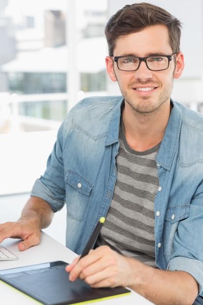 Éditeur de photo mâle occasionnel à l'aide de tablette graphique Photo Premium
