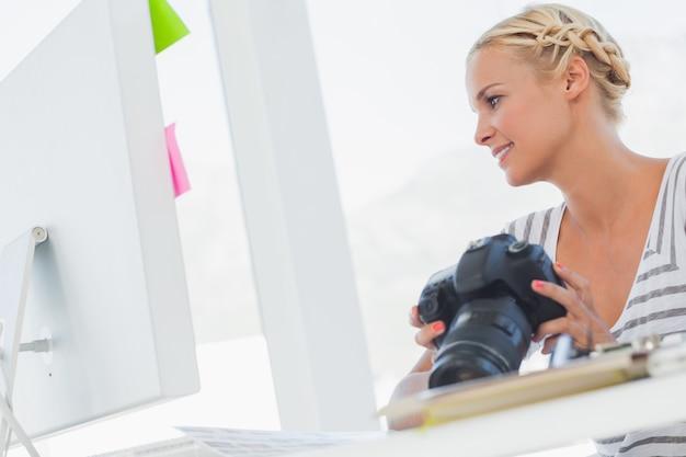 Éditeur de photos attrayant en regardant un appareil photo numérique Photo Premium