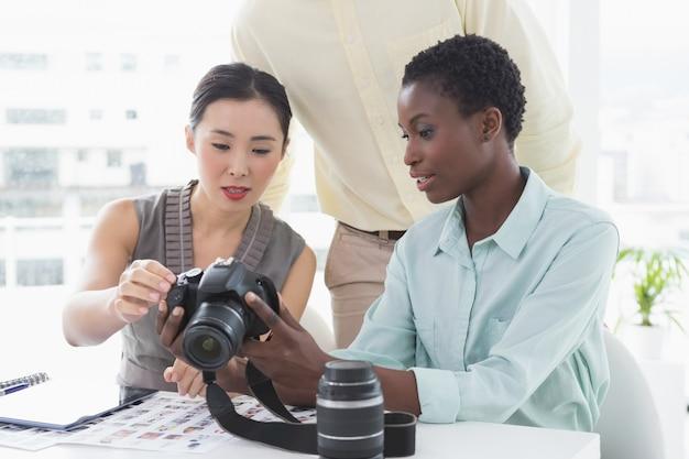 Les éditeurs de photos travaillent ensemble au bureau Photo Premium