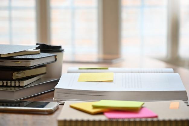Education, Cahier, Livre Avec Pense-bête Sur La Table En Bois. Photo Premium