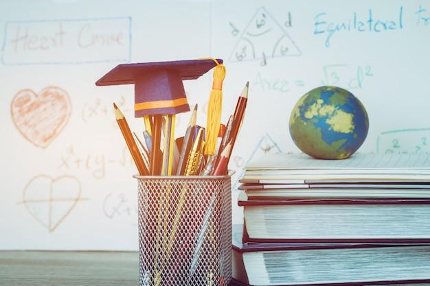 Education graduate hat chapeau de graduation sur les crayons avec une équation arithmétique de formule Photo Premium