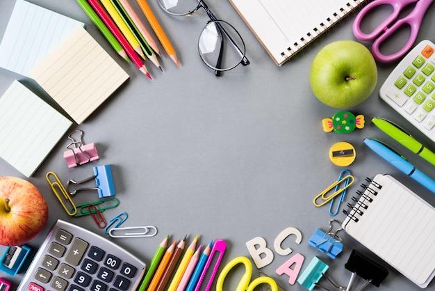 Education ou rentrée scolaire sur fond gris Photo Premium