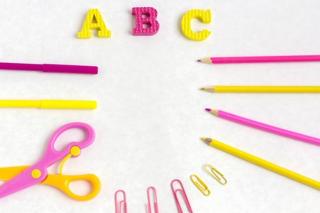 L'éducation Ou La Rentrée Scolaire. Fournitures Scolaires Colorées Sur Blanc Photo Premium