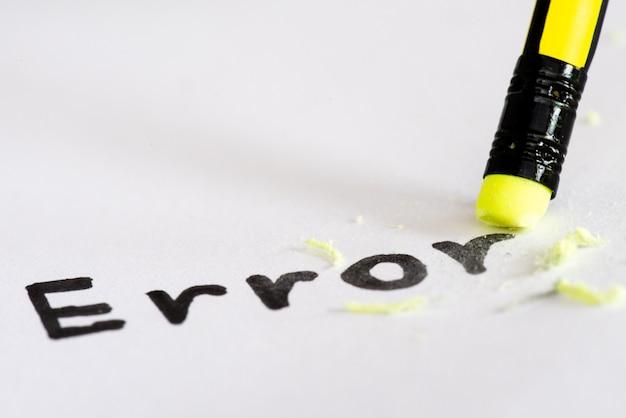 Effacer le mot erreur avec un concept en caoutchouc pour éliminer l'erreur, l'erreur Photo Premium
