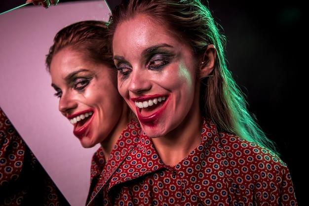 Effet miroir multiple de femme souriante Photo gratuit