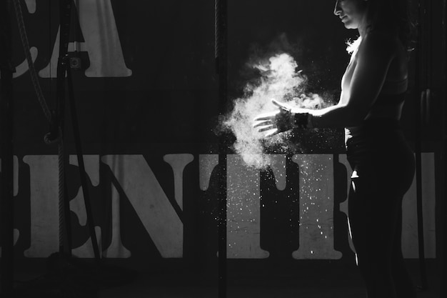 Effet noir et blanc de la femme se séchant les mains avec du magnésium Photo gratuit