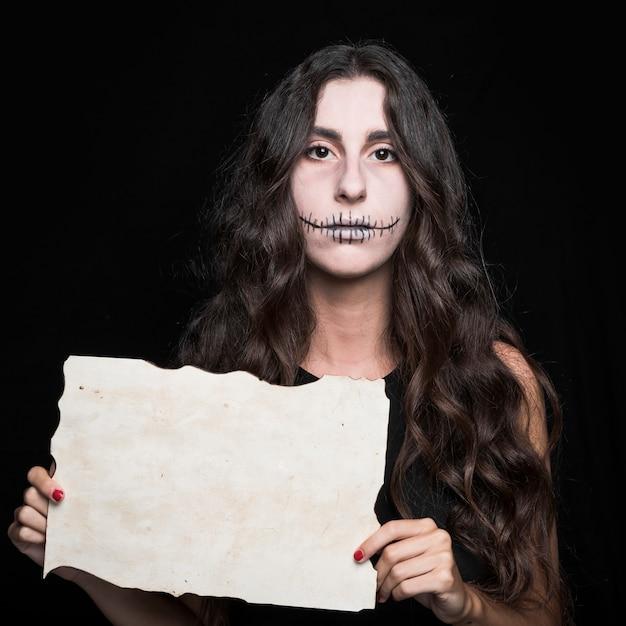 Effrayant femme tenant papier Photo gratuit