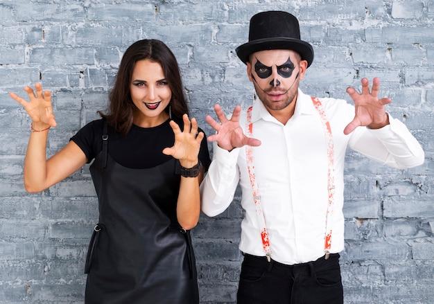 Effrayant homme et femme posant pour halloween Photo gratuit