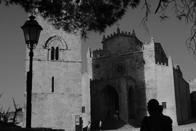 Une église Chrétienne En Pierre Tourné En Noir Et Blanc Photo gratuit