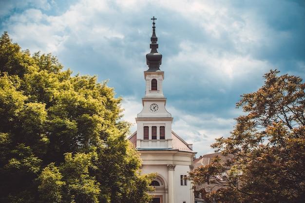 Église luthérienne sur la colline du château à budapest. hongrie Photo Premium